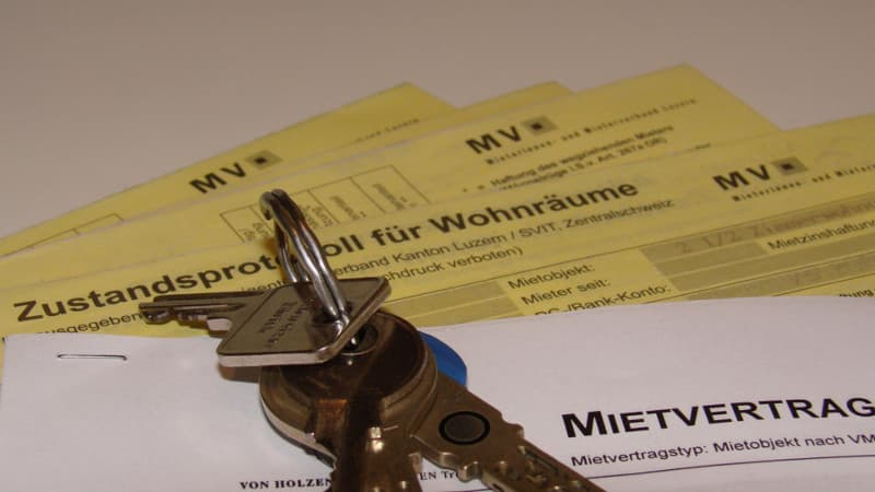 Looking for an apartment in Switzerland: apartment keys are on a rental contract and the status report